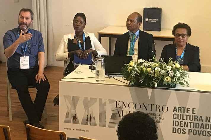 Fernando Mencarelli, diretor de Ação Cultural, apresenta a política de cultura da UFMG durante encontro da AULP