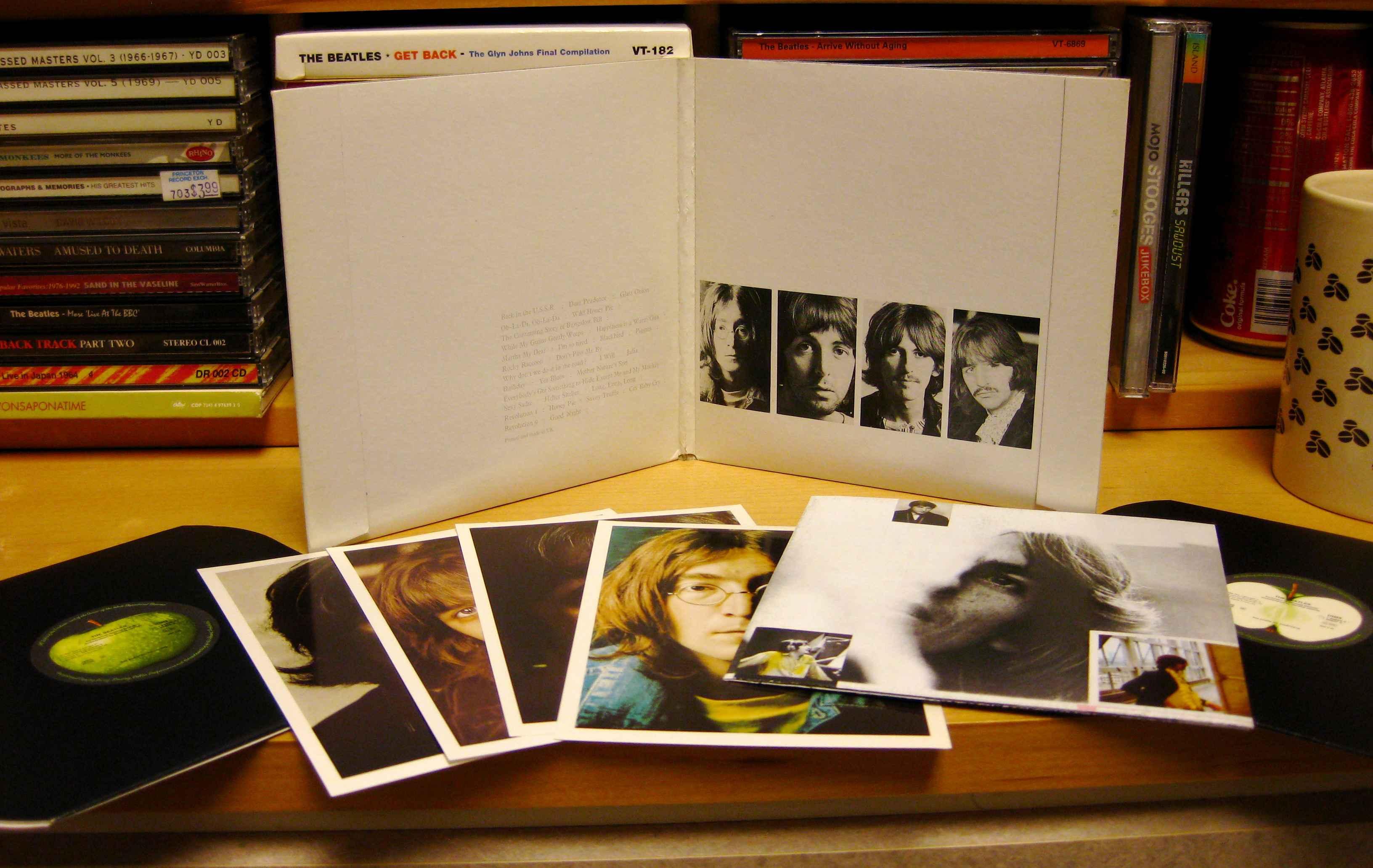 Edições em vinil do 'Álbum Branco' trazia um grande encarte em formado de poster, além de fotos individuais dos 4 integrantes.