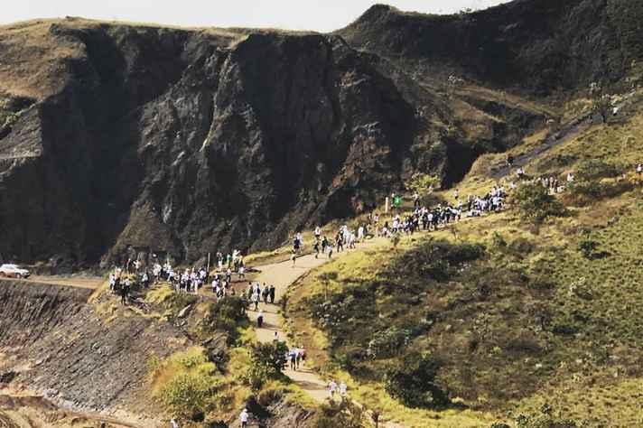 Grupo marcha em direção ao Pico Belo Horizonte