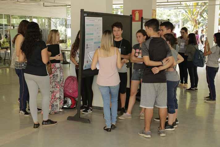 Estudantes do ensino médio apresentaram trabalhos no Hall do Cad 3