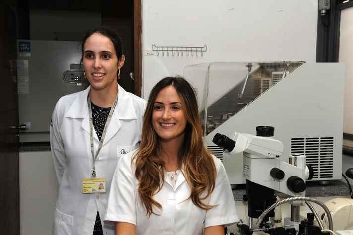 Fernanda Tonelli (à esquerda) com a pesquisadora  Samyra Lacerda