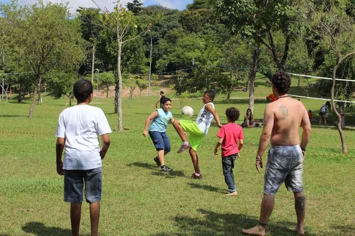 Crianças jogam futebol durante o Domingo no campus