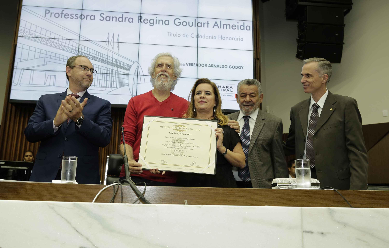 Sandra Goulart e o vereador Arnaldo Godoy, que propôs a homenagem, junto com o vice-prefeito Paulo Lamac (à esquerda), o professor Tomaz Aroldo da Mota Santos e o vice-reitor Alessandro Fernandes Moreira (à direita)