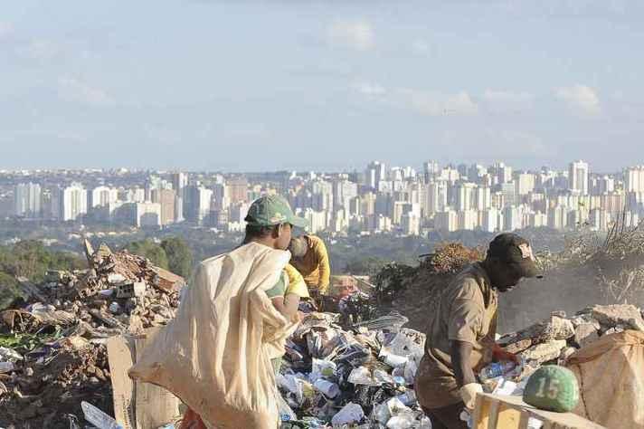 Lixão em Brasília: desigualdade tente a crescer com a retração econômica provocada pela pandemia
