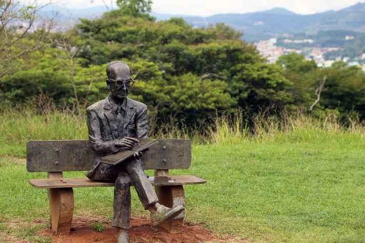 Estátua de memorial a Carlos Drummond de Andrade, em Itabira, sua cidade natal