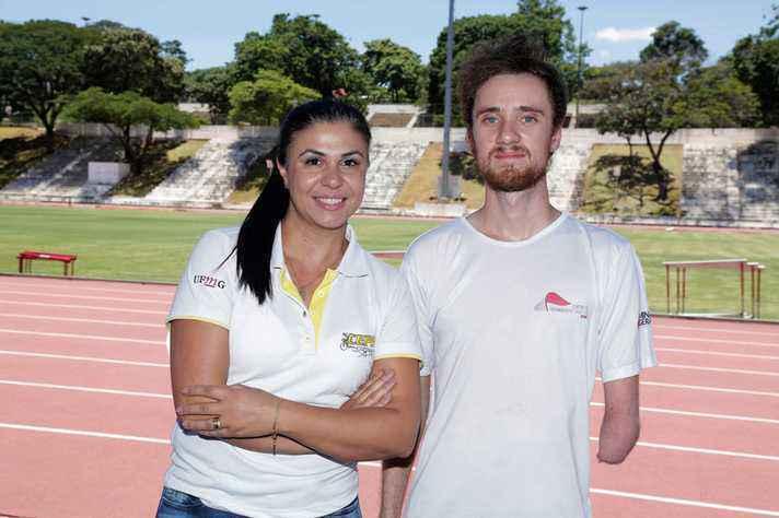 Coordenadora Andressa Mello, ao lado do atleta Davi Hovadick