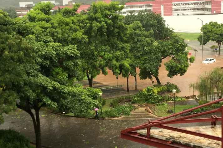 Entorno da Praça de Serviços foi o mais afetado pelo temporal