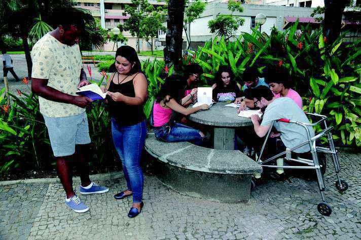 Estudantes em área livre da Praça de Serviços, antes da suspensão das aulas presenciais