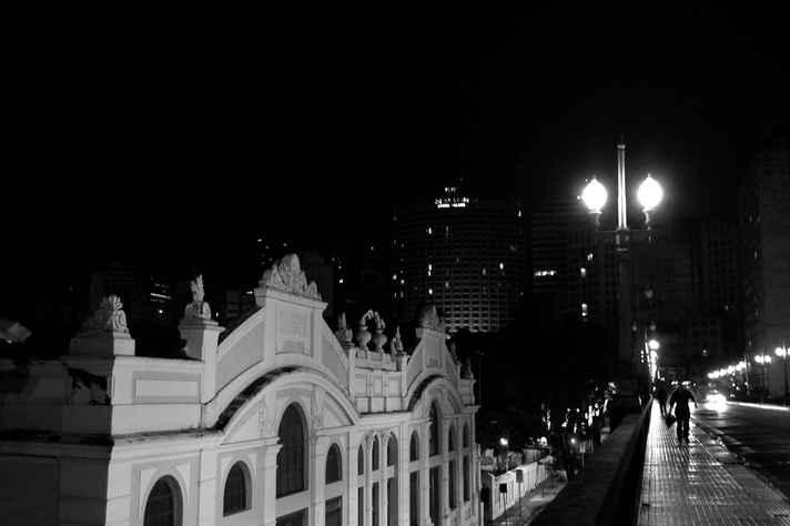 Imagem noturna do Viaduto Santa Tereza