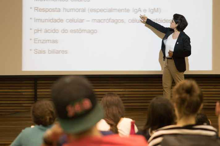 Atividade em sala de aula na UFMG: questionário funciona como canal institucional de escuta de estudantes