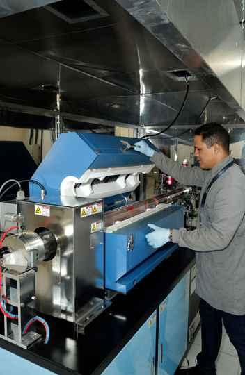 O técnico de laboratório Wander Jesus opera o forno de grafeno.