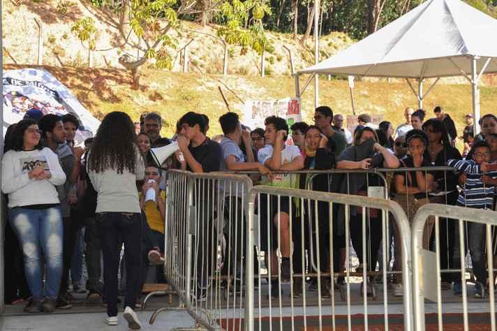 Concentração de calouros no campus Pampulha durante registro presencial