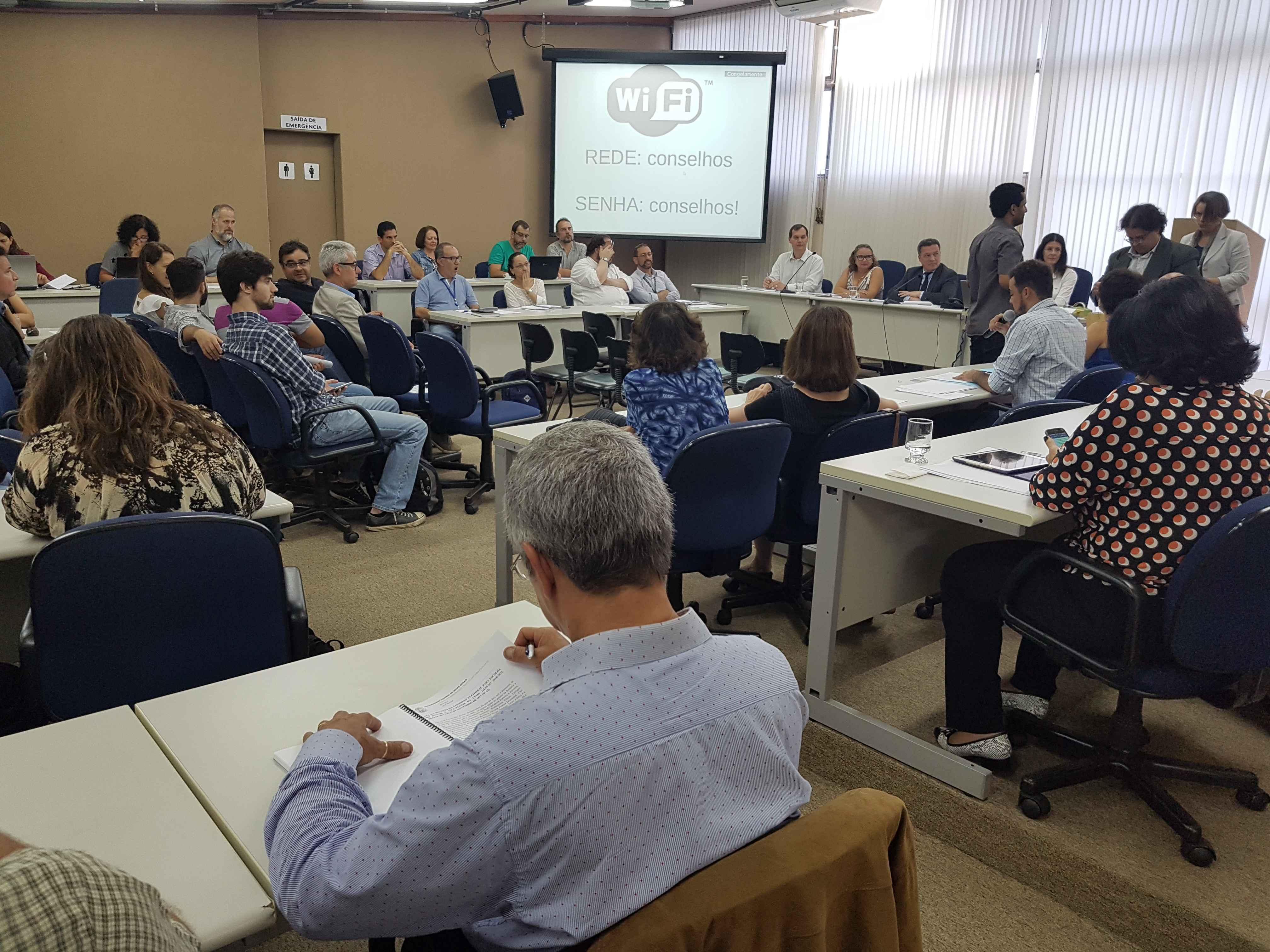 Integrantes do Colégio Eleitoral reuniram-se na Sala de Sessões do prédio da Reitoria