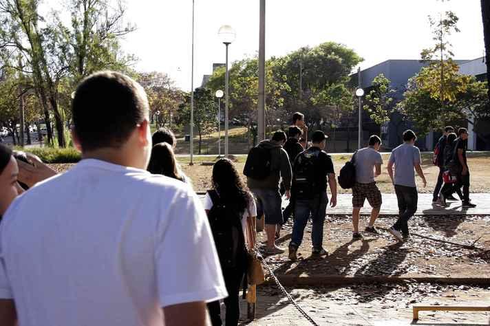 Estudantes circulam pelo campus Pampulha: registro on-line é procedimento obrigatório