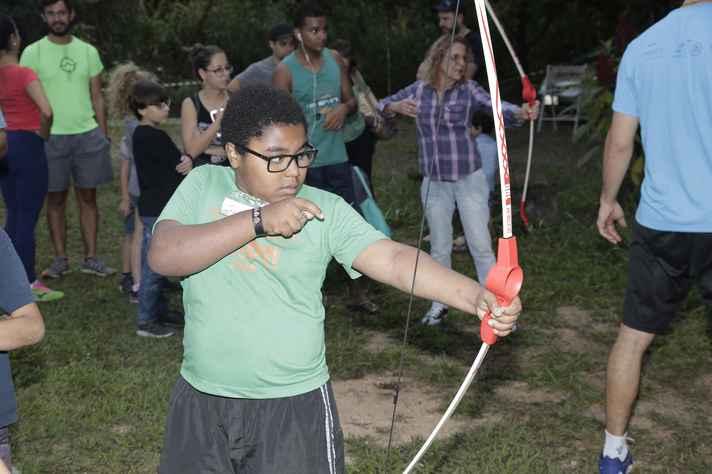 Crianças e adultos ajustaram a mira no arco e flecha