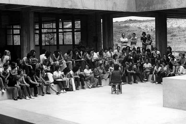 """Ontem e hoje: Yara Tupynambá (de costas) ministra aula no """"piscinão"""", no início dos anos 1970, e atividade com estudantes em abril deste ano"""