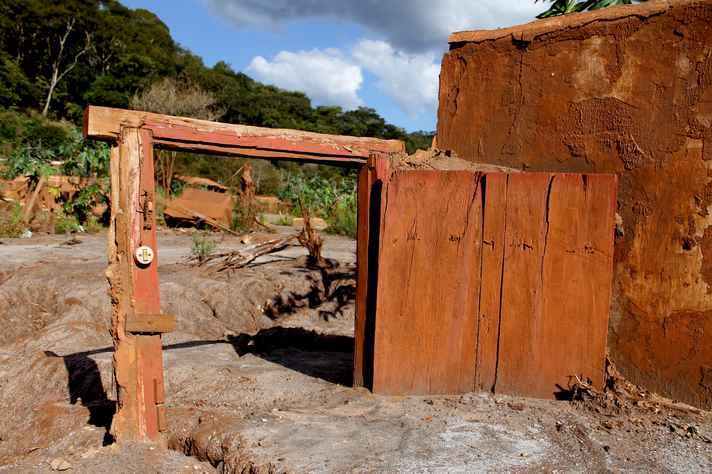 Cena de Paracatu de Baixo, após a ensurrada de lama, em foto que estará exposta na Praça de Serviços