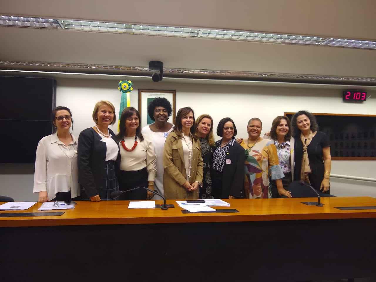 A reitora Sandra Goulart Almeida (quinta da direita para a esquerda) com as parlamentares da bancada feminina