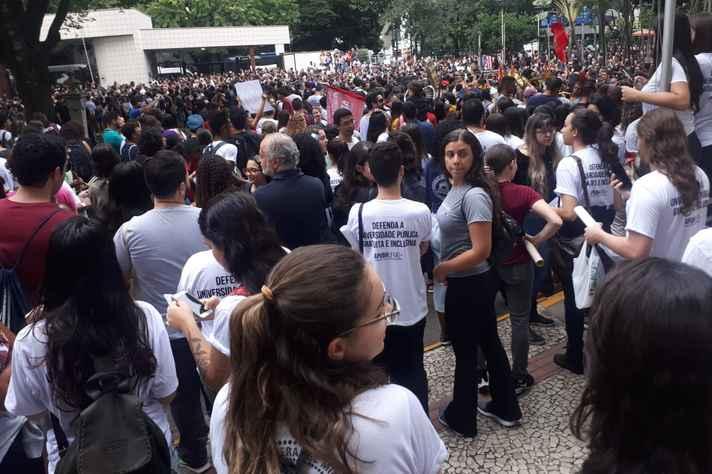 Manifestantes concentrados no campus Saúde da UFMG, no dia 15 de maio