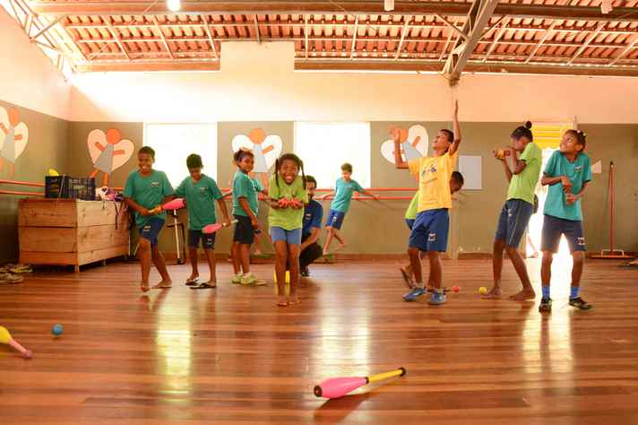 Crianças e adolescentes da Vila Acaba Mundo testam suas habilidades e aprendem técnicas de malabarismo, equilibrismo e acrobacias