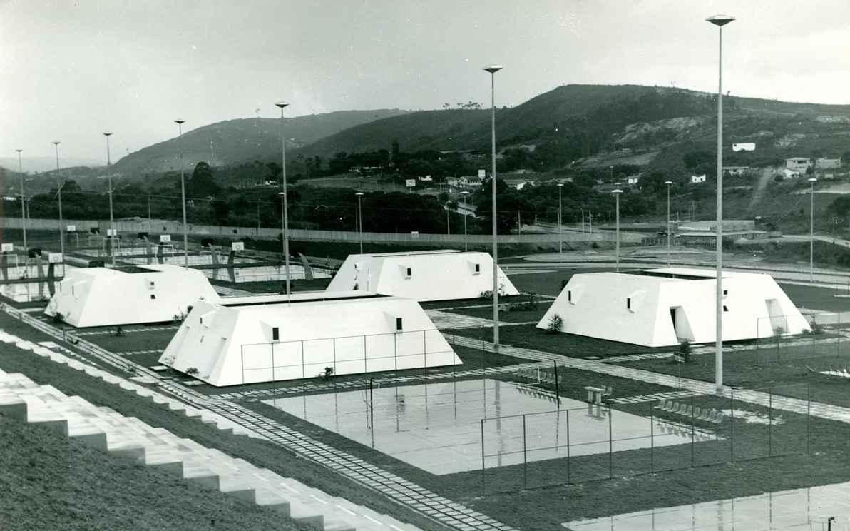 Vista dos vestiários localizados próximo às quadras, no Centro Esportivo Universitário da UFMG. Década de 70.
