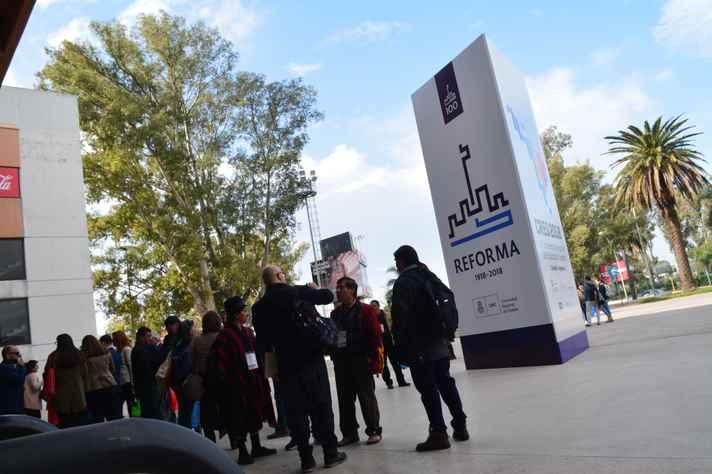 Entrada do Orfeo Superdomo, espaço multiuso em Córdoba que recebe parte das atividades