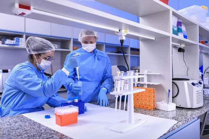 Pesquisadoras em atividade no CT Vacinas, onde são desenvolvidos cinco dos sete imunizantes da UFMG