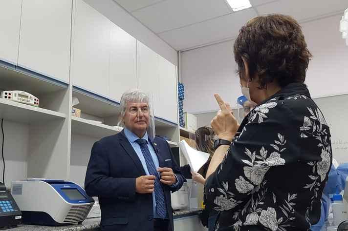 A professora Santuza Teixeira explica procedimentos do CT Vacinas ao ministro Marcos Pontes