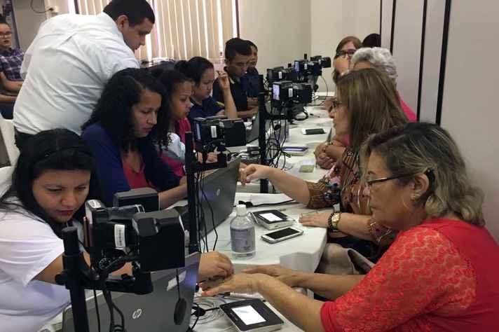 Eleitores realizam cadastramento biométrico