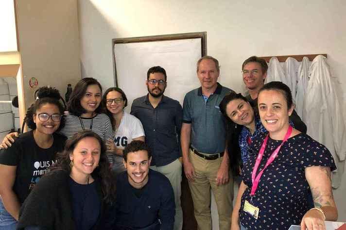 Professor Frézard (de camisa verde) e equipe de pesquisadores no Laboratório de Biofísica de Sistemas Nanoestruturados (Lab Nano), no ICB: abordagem terapêutica inovadora