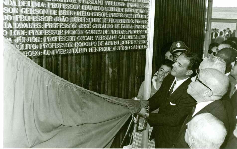 Descerramento da placa de inauguração do prédio da reitoria da UFMG pelo presidente da República, João Goulart, no campus Pampulha/BH em 26 de outubro de 1962.