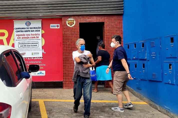 Campanha de vacinação de idosos contra o vírus Influenza hoje pela manhã no bairro Serra, zona sul de Belo Horizonte. Mitigação, de acordo com o estudo do Imperial College, envolve proteger os idosos (reduzir 60% dos contatos) e restringir apenas 40% dos contatos do restante da população