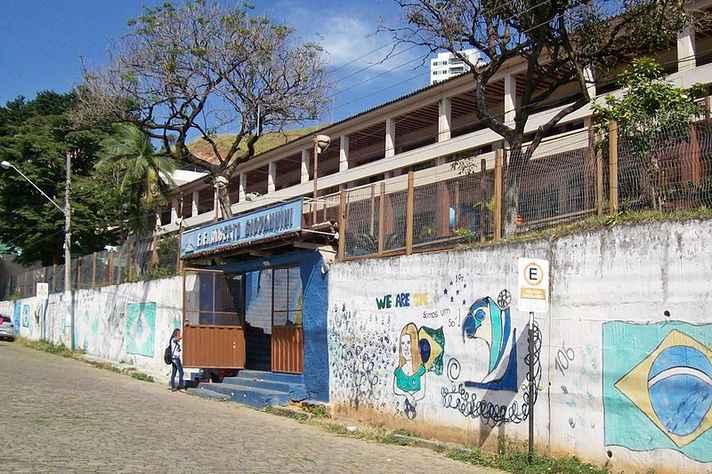 Fachada da Escola Estadual Alberto Giovannini, instituição pública de ensino médio em Coronel Fabriciano, Minas Gerais