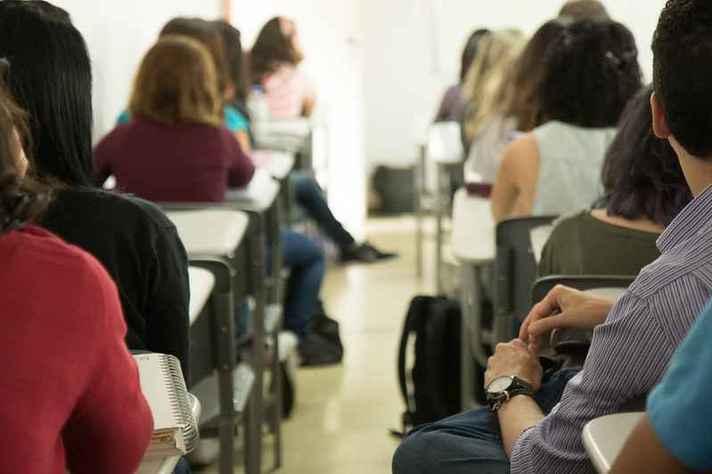 Estudantes do curso de Psicologia em atividade em sala de aula antes da pandemia: