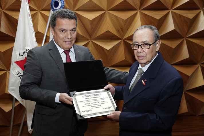 Jaime Ramírez entregou a placa ao professor Antonio Clark Peres