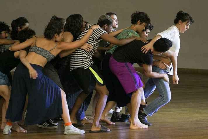 Lava é uma criação coreográfica coletiva desenvolvida em parceria com o VAC