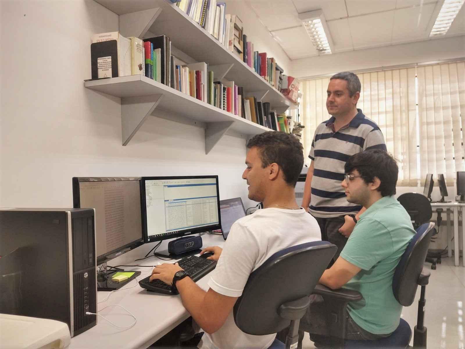Pesquisadores Roney (à esquerda), Rafael e o professor Thiago Pardo (em pé), integram equipe do projeto