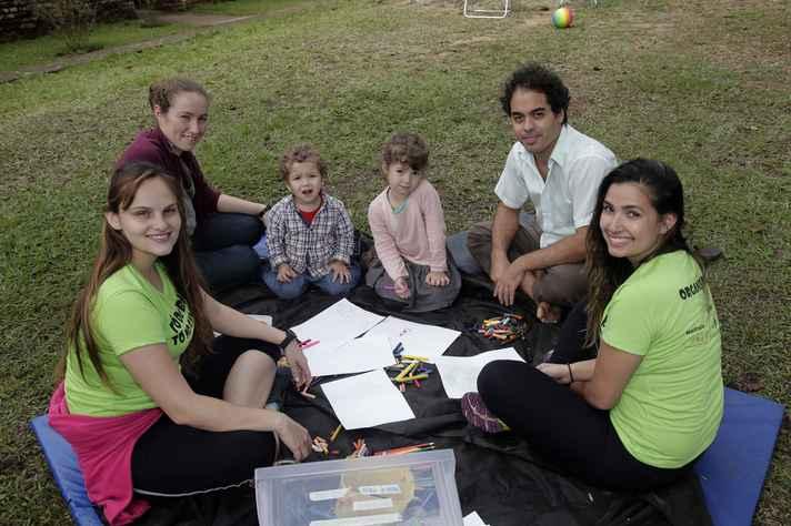 Ao fundo, Amélie, os filhos Nestor e Léia e o marido Eduardo