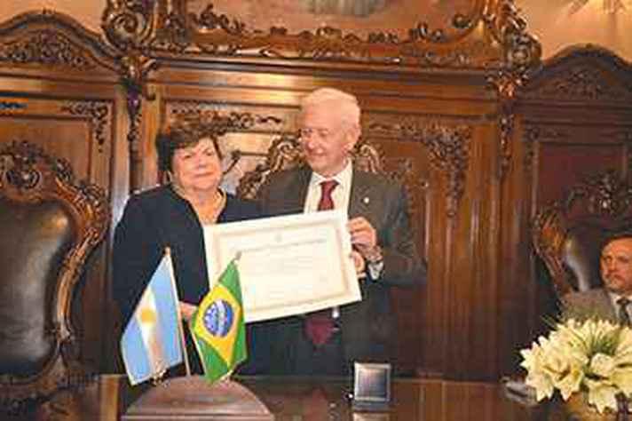 Ana Lúcia Gazzola e reitor Hugo Juri: universidade emblemática