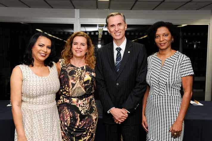 A diretora do Sistema de Bibliotecas, Kátia Pacheco, a reitora Sandra Goulart Almeida, o vice-reitor Alessandro Fernandes Moreira e a vice-diretora Sindier Alves