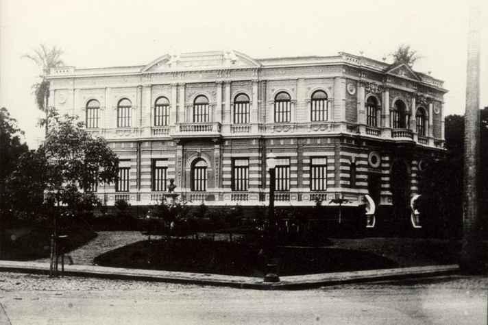 Antigo prédio da Faculdade de Direito e parte da praça Afonso Arinos.