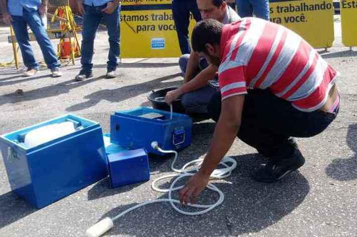 Pesquisadores coletam amostras de esgoto na capital