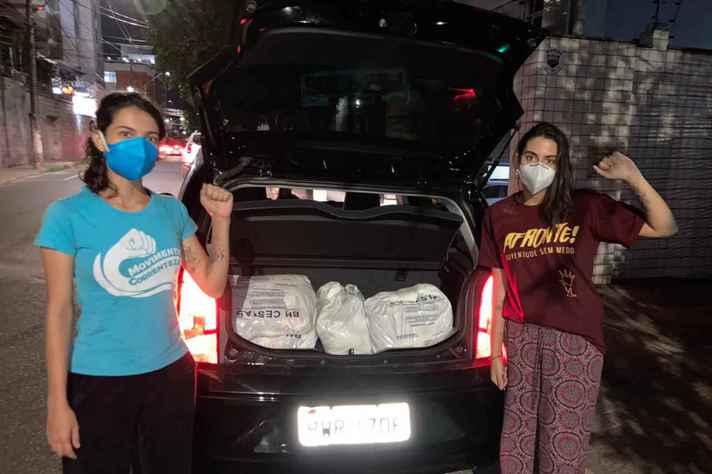 As voluntárias Valesca Ribeiro e Mariana Oliveira com parte das cestas arrecadadas