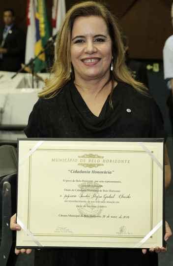 Sandra Goulart com o diploma