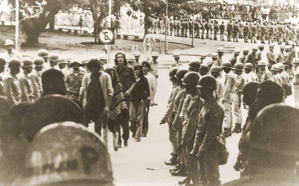 Estudantes da Faculdade de Medicina cercados por tropas militares em 1968