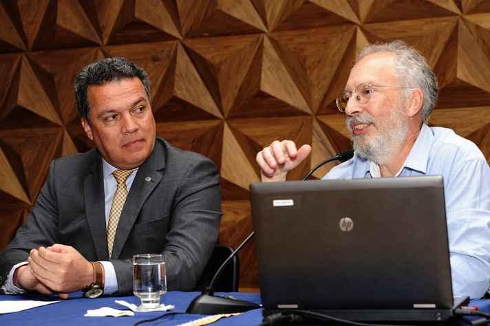Reitor Jaime Ramírez e o professor Jacyntho Brandão, da Fale