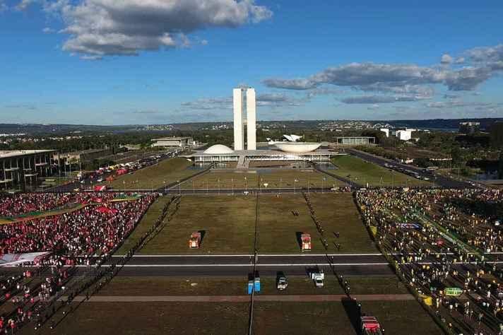 Manifestantes na Esplanada dos Ministérios durante o processo de votação do impeachment de Dilma Rousseff na Câmara dos Deputados