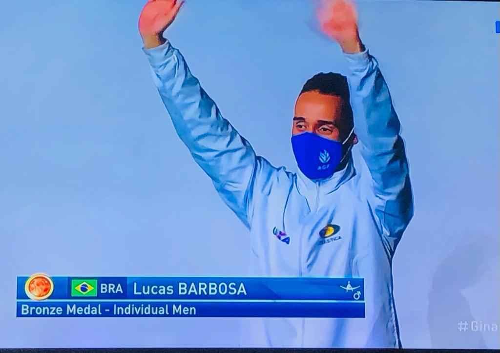 Lucas Barbosa comemora a medalha em Baku