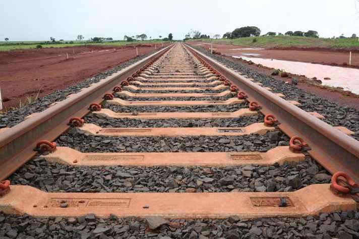 Registro da construção de trilhos em ferrovia do país