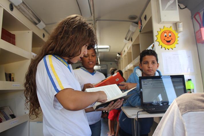 Crianças lendo no Carro-Biblioteca
